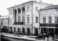 Дом по улице Московской, 7 (с колоннами)