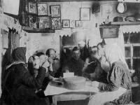 Семья за обедом, ткацкий станок