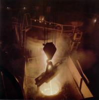 В цехе завода варится сталь
